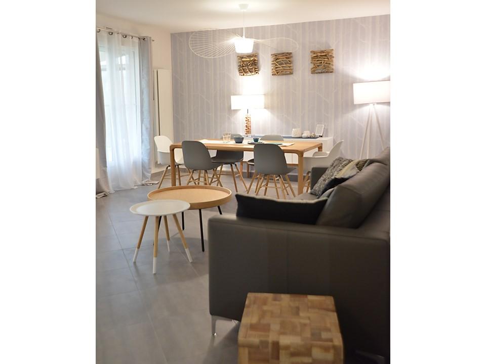 10 BH-Déco - Salle à manger neo scandinave bois cole and son laqué blanc canapé cuir gris