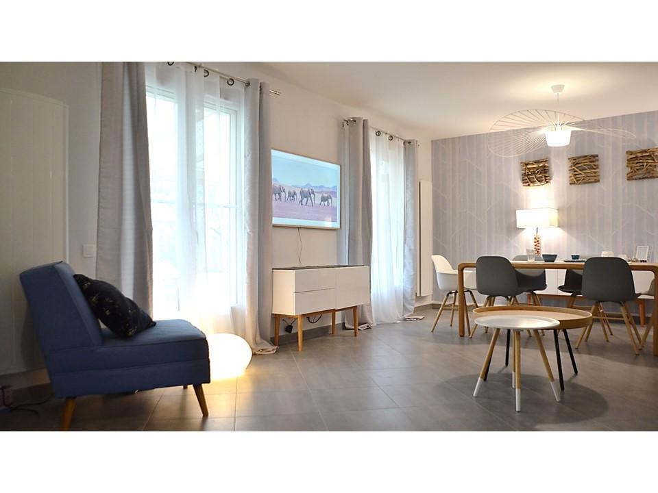 11 BH-Déco - Salle à manger neo scandinave bois cole and son laqué blanc canapé cuir gris