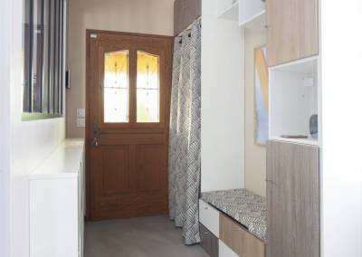 Rénovation d'une vieille meulière en plein cœur d'Epinay sur orge, l'entrée est fonctionnelle, lumineuse, simple accueillante, tout ce qu'on aime. Par BH-Déco