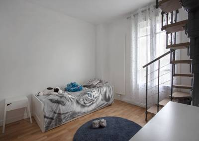 Rénovation d'une vieille meulière en plein cœur d'Epinay sur orge, En cours d'aménagement une chambre de jeune fille avec un accès vers un coin secret dans les combles, par BH-Déco