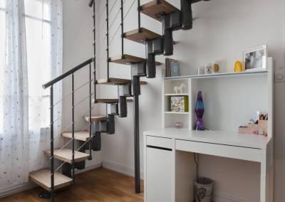 Rénovation d'une vieille meulière en plein cœur d'Epinay sur orge, Un escalier bois et métal adapté à la configuration très spécifique de l'espace vers les combles aménager en chambre pour une grande jeune fille, par BH-Déco