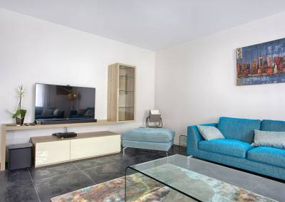 BH-Déco - Sylvie Samain - Salon turquoise et bois sur carrelage noir