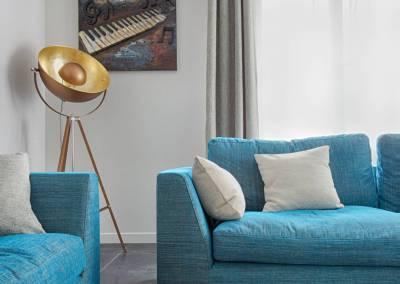 BH-Déco - Sylvie Samain - Salon turquoise sur carrelage noir