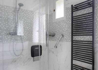 BH-Déco - Sylvie Samain - rénovation décoration d'une petite salle de bain en grande salle d'eau - douche XXL - marbre blanc