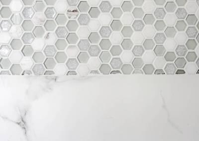BH-Déco - Sylvie Samain - rénovation d'une petite salle de bain en grande salle d'eau - mosaïque et carrelage en marbre