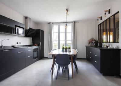 Rénovation d'une vieille meulière en plein cœur d'Epinay sur orge, un mélange subtil pour la cuisine et la salle à manger, un espace tout en contraste et en lumière, par BH-Déco