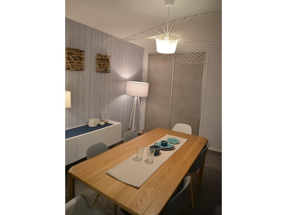 6 BH-Déco - Salle à manger neo scandinave bois cole and son laqué blanc canapé cuir gris
