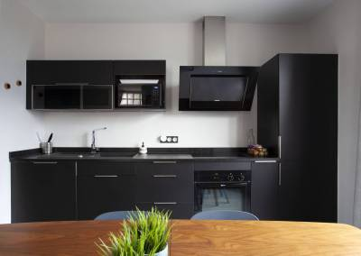 Rénovation d'une vieille meulière en plein cœur d'Epinay sur orge, Même une cuisine noire peut donner de la lumière, un beau travail sur les contrastes, par BH-Déco
