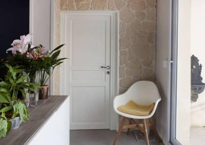 Rénovation d'une vieille meulière en plein cœur d'Epinay sur orge, des détails dans la véranda pour un moment tranquille au coin d'une véranda, par BH-Déco