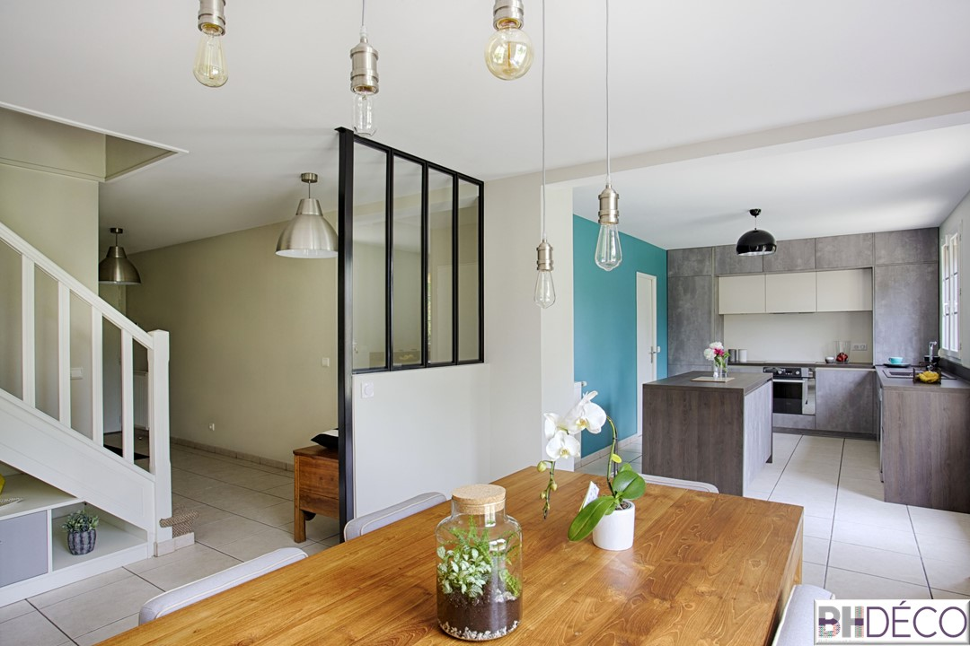 BH-Déco 1, decoration d'une cuisine grise façon beton, murs bleu mer, ilot central, verrière