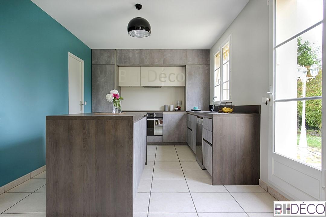 BH-Déco 2, decoration d'une cuisine grise façon beton, murs bleu mer, ilot central,