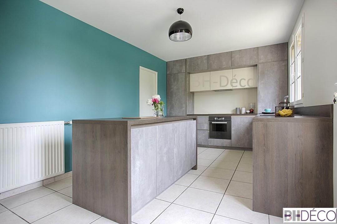 BH-Déco 3, decoration d'une cuisine grise façon beton, murs bleu mer, ilot central, plan de travail gris