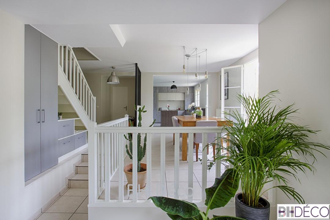 BH-Déco 6, decoration d'une cuisine grise façon beton, murs bleu mer, ilot central, verrière et escalier repeint