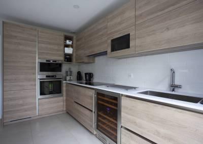 BH-Déco - Sylvie Bernard Samain rénovation complete du RdC d'une maison Levit à Mennecy cuisine équipée cave a vin