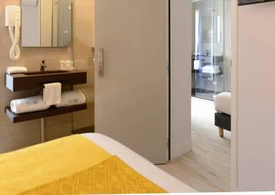 BH-Déco - Sylvie Bernard Samain, rénovation de chambre d'hotel Paris salle de bain ouverte double