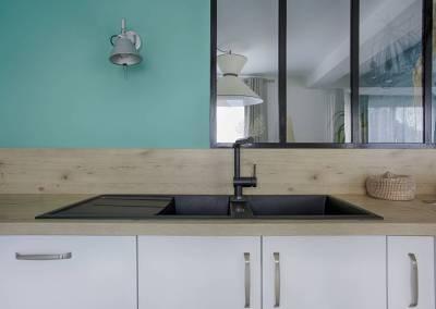 BH-Déco - Sylvie Samain - BH-Déco cuisine plan en bois façades blanc laqué mat verrière mur bleu vert