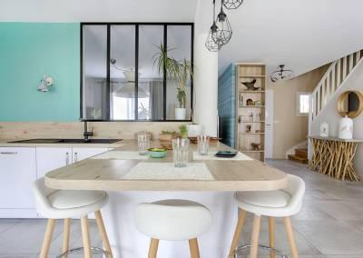 BH-Déco - Sylvie Samain - BH-Déco cuisine toute hauteur niche en bois espace dînatoire façades blanc laqué mat verrière