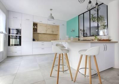 BH-Déco - Sylvie Samain - BH-Déco cuisine toute hauteur niche en bois façades blanc laqué mat verrière