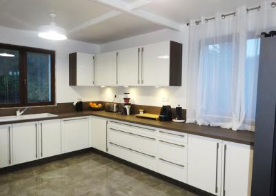 BH-Déco - Sylvie Samain - Rénovation décoration sol marbre cuisine blanche et wengé