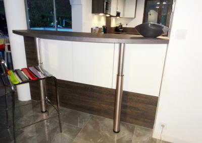 BH-Déco - Sylvie Samain - Rénovation décoration sol marbre cuisine blanche et wengé espace bar