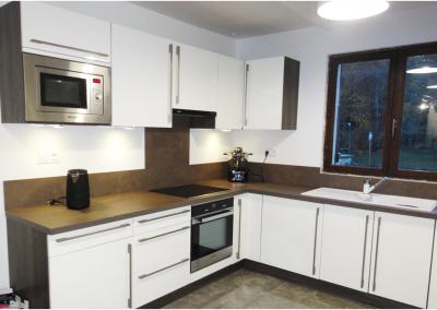 BH-Déco - Sylvie Samain - Rénovation décoration sol marbre cuisine blanche plan de travail wengé