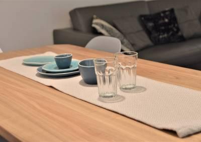 BH-Déco - Sylvie Samain - Rénovation maison accessibilité PMR Séjour lumineux bleu et gris déco table chêne