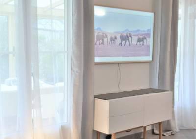 BH-Déco - Sylvie Samain - Rénovation maison accessibilité PMR Séjour lumineux meubles blancs