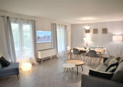 BH-Déco - Sylvie Samain - Rénovation maison accessibilité PMR Séjour lumineux mur nature bleu et gris