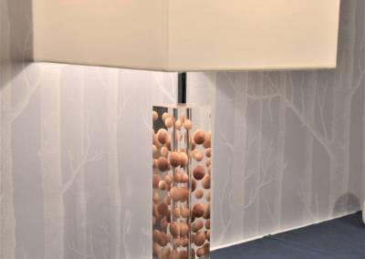 BH-Déco - Sylvie Samain - Rénovation maison accessibilité PMR Séjour lumineux papier peint Cole and Son, lampe bois et résine