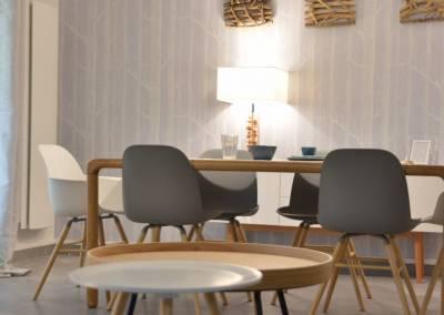 BH-Déco - Sylvie Samain - Rénovation maison accessibilité PMR Séjour lumineux papier peint cole and Son, suspension Vertigo, déco bois