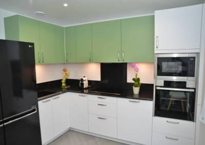 BH-Déco - Sylvie Samain - Rénovation maison accessibilité PMR cuisine blanche verte et noire