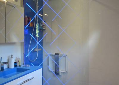 BH-Déco - Sylvie Samain - Salle de bain receveur de douche bleu et plan vasque