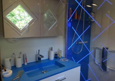 BH-Déco - Sylvie Samain - Salle de bain receveur de douche bleu plan vasque et fond de douche en résine