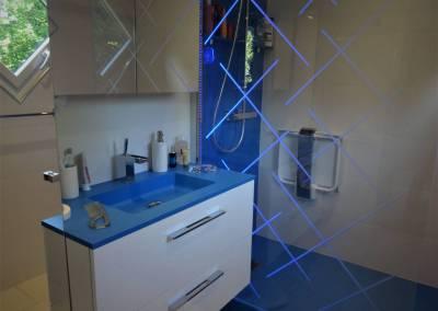 BH-Déco - Sylvie Samain - Salle de bain receveur de douche bleu plan vasque et parois éclairée
