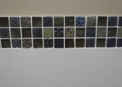 BH-Déco - Sylvie Samain - Toilettes suspendues carrelage blanc détail mosaïque pate de verre mur beige