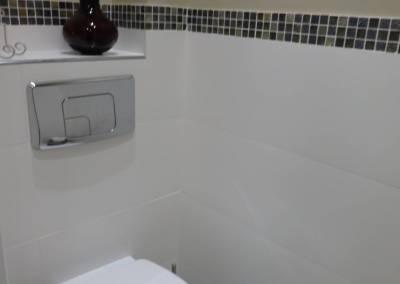 BH-Déco - Sylvie Samain - Toilettes suspendues carrelage blanc mosaïque mur beige