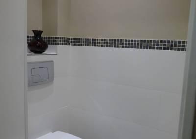 BH-Déco - Sylvie Samain - Toilettes suspendues carrelage blanc mur beige