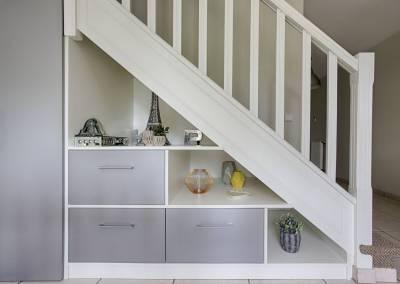 BH-Déco - Sylvie Samain, création d'un meuble sous escalier bois mdf gris et blanc