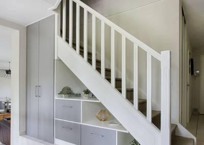 BH-Déco - Sylvie Samain, création d'un meuble sous escalier gris menuiseries blanches