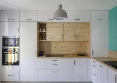 BH-Déco - Sylvie Samain - cuisine toute hauteur niche en bois façades blanc laqué mat suspension mutto
