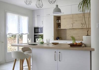 BH-Déco - Sylvie Samain - cuisine toute hauteur niche en bois façades blanc laqué mat verrière plan repas bois