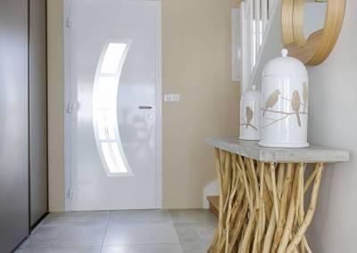 BH-Déco - Sylvie Samain - entrée lin bois flotté, escalier repeint en blanc