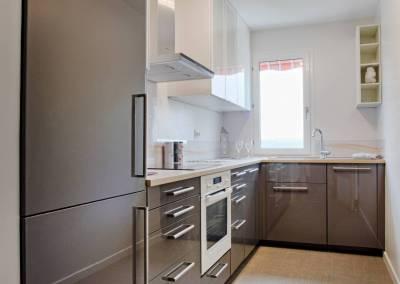 BH-Déco - Sylvie Samain, rénovation d'une cuisine tour en longueur, laquée gris