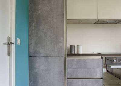 BH-Déco - Sylvie Samain, rénovation totale cuisine meubles gris béton plan noir