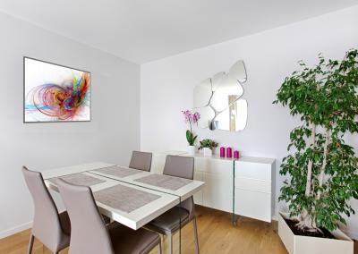 BH-Déco - Sylvie Samain, rénovation totale d'un appartement salle a manger blanche et verre chaises cuir