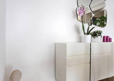 BH-Déco - Sylvie Samain, rénovation totale d'un appartement salle a manger buffet blanc et verre