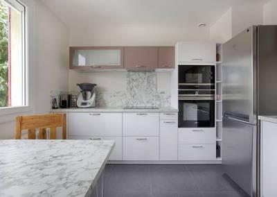 BH-Déco - Sylvie Samain, rénovation complète d'une cuisine en gris, rose et marbre blanc