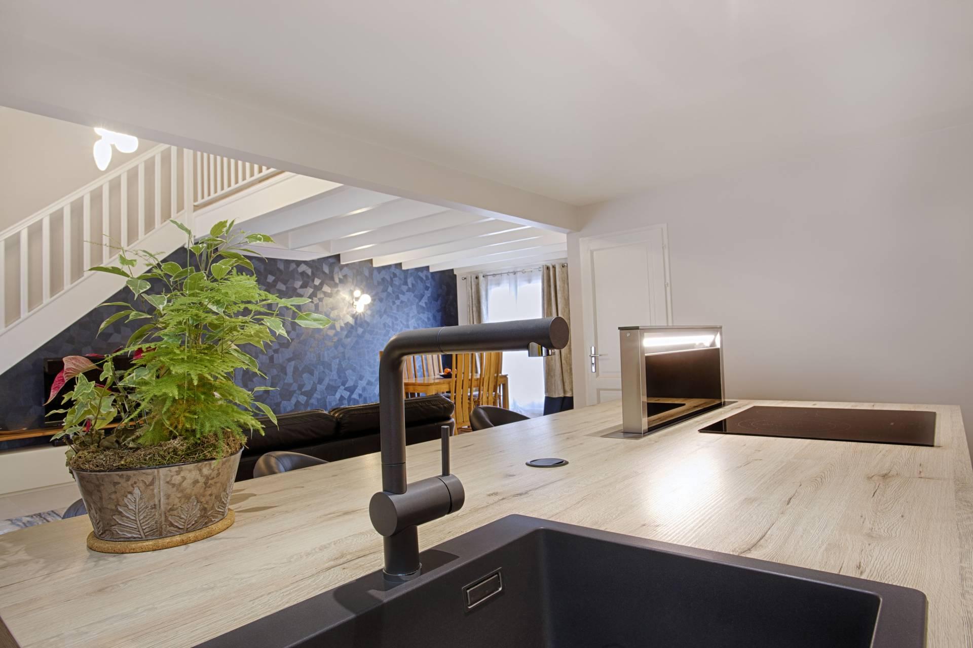 Le projet de cuisine par un Décorateur par BH Déco, Décoratrice UFDI en Essonne 77 91 75 : détail d'un évier et ilot central avec hotte intégrée
