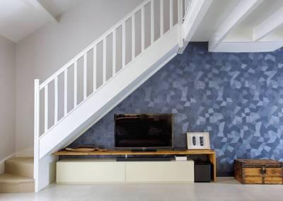 BH-Déco - Sylvie Samain, rénovation du RdC d'une grande maison, escalier blanc mur bleu nuit