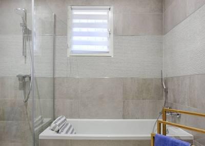 BH-Déco - Sylvie Samain, rénovation du RdC d'une grande maison, salle de bain, baignoire et douche italienne